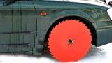 锯齿车轮在冰面上行驶有多刺激?车子启动瞬间,场面直接失控了!