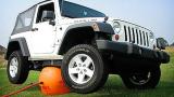 解决车位被堵有新招,这气球让车四轮离地,专治不良车主