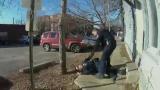 【可怕的事发生了】美国警察走火打中了女警员,差一点击中头部