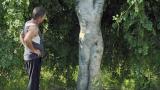 大叔发现一棵人形大树,忍不住摸了一下,结果从此祸事缠身。